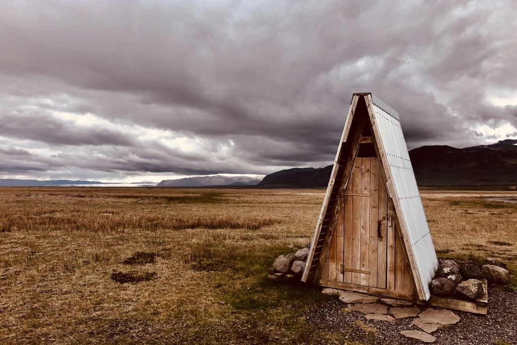 Notfallunterkunft ohne Werkzeug bauen – 2 Anleitungen